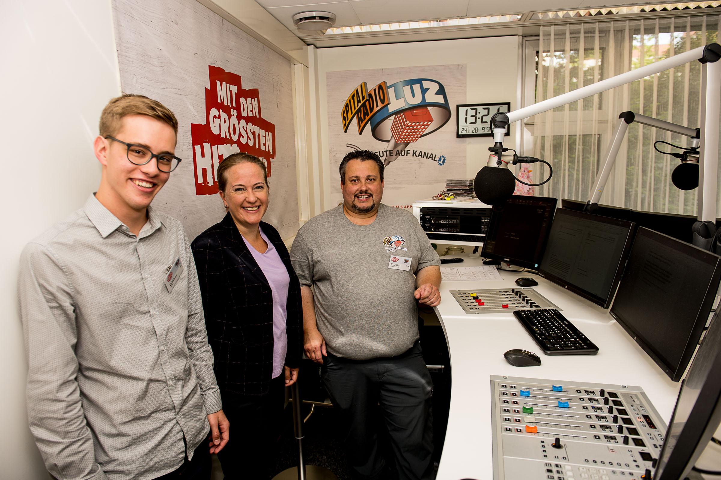 Jacqueline Theiler (LUKS) mit Noah Zimmermann und Andi Balsiger (Spitalradio LuZ)