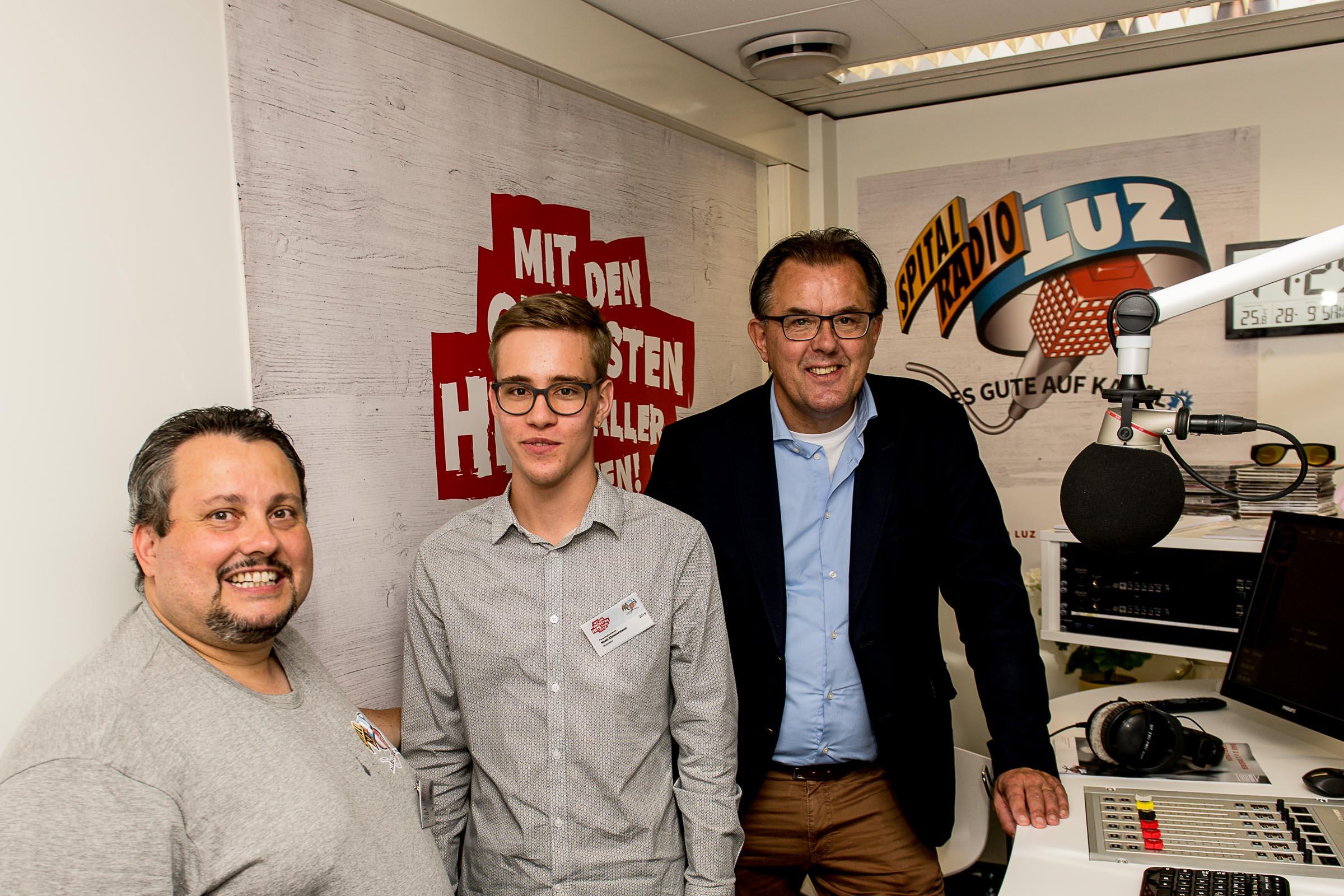 Peter Schilliger (Vizepräsident Verwaltung LUKS) mit Noah Zimmermann und Andi Balsiger (Spitalradio LuZ) 1