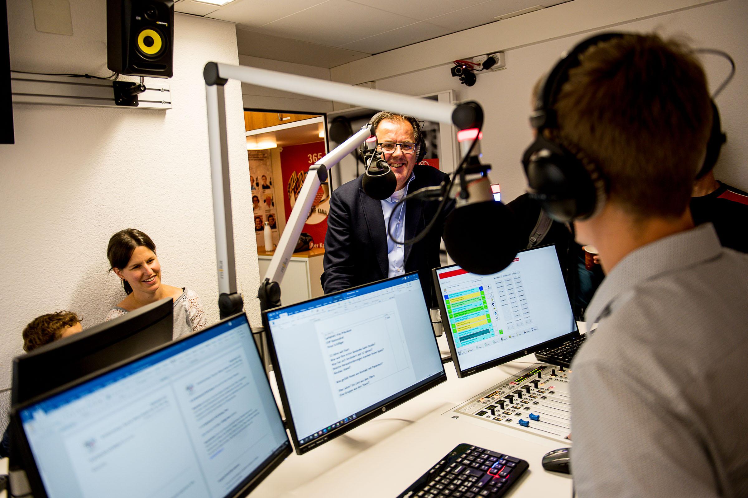 Peter Schilliger im Studio mit Besucher am Tag der offenen Studio-Tür